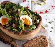 Δροσερές ή ζεστές, πράσινες ή με πανδαισία λαχανικών, με ζυμαρικά, όσπρια, ξηρούς καρπούς και αποξηραμένα φρούτα ή εμπλουτισμένες με τυρί, κρέας ή ψάρι, οι σαλάτες είναι αναπόσπαστο κομμάτι της καθημερινής διατροφής μας και συχνά, μπορούν να γίνουν από μόνες τους ένα χορταστικό κυρίως πιάτο. Άσε που είναι και ιδανική λύση για το γραφείο! Greek Recipes, My Recipes, Cooking Recipes, Healthy Recipes, Cake Roll Recipes, Salad Bar, Fermented Foods, Appetisers, Rolls Recipe