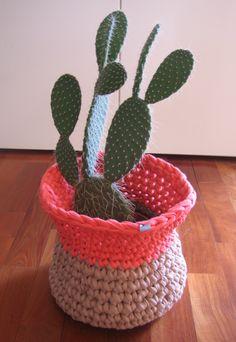 canasta como portamaceta, tejida a crochet via gato contento http://gatocontento.wix.com/gato-contento