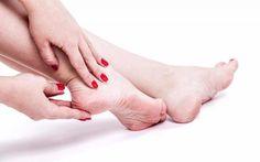 Spina calcaneare: lo sperone nel tallone cos'è e come si cura Che cos'è lo sperone o spina calcaneare? Vediamo assieme come si manifesta questa problematica dolor piedi salute plantari