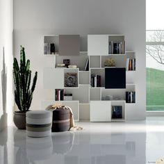 bibliothèque blanche contemporaine décorée d'objets décoratifs et livres