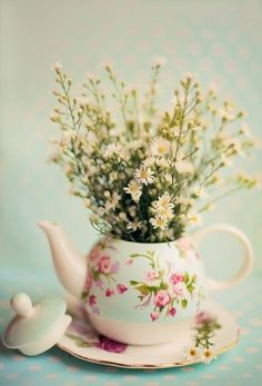 Gorgeous vintage tea pot with flowers as centrepiece. Deco Floral, My Cup Of Tea, Vintage Shabby Chic, Vintage Retro, Vintage Crockery, Vintage Ideas, Unique Vintage, Flower Pots, Potted Flowers