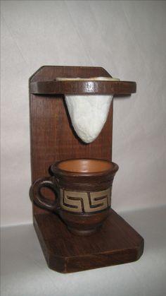 Suporte para coador de café com mini-coador de pano. Confeccionado em madeira reciclada com acabamento encerado.