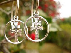 """Muchos dicen que """"Caravaca es la Cruz y La Cruz es Caravaca"""" - es decir, que la ciudad y la """"verdadera"""" cruz en que Jesús murió (la Vera Cruz), son inseparables de los acontecimientos de la historia. Para millones de personas en todo el mundo, la Cruz de Caravaca es el mejor símbolo de la fe y la inspiración . . y llevan a alejar el mal y atraer la buena fortuna."""