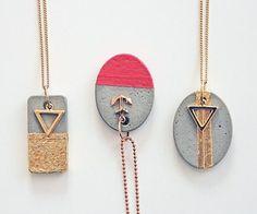 Tutoriales DIY: Cómo decorar un collar tipo babero con abalorios vía DaWanda.com