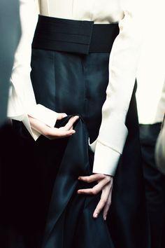 Donna Karan, Fall 2012 Ready-to-Wear Photographer: Jamie Beck Model: Frida Gustavsson Donna Karan Donna Karan, Fashion Beauty, Fashion Looks, Womens Fashion, Ny Fashion, Fashion News, Devil Wears Prada, Black And White Outfit, Black White