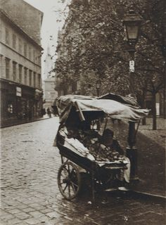 Andre Kertesz - Pushcart on Cobblestone Street with Lamp Post, Budapest, Hungary, 1919