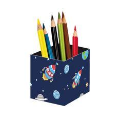 Wunderschöner Stiftebecher damit man auf dem Schreibtisch alle wichtigen Stifte gleich greifbar hat. Das Design Space ist wunderbar für coole Jungs und der Stifteköcher ein toller Hingucker auf dem Schreibtisch.Größe ca. 8 x 8 x 8 cm...