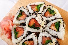 Imagen de archivo de 'Sushi rollos con vista atún y cebolla verde top'