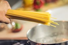 When enjoying a delicious pasta dish, surely no one would think of how the pasta was cooked. However, it turns out that there is one right way to cook pasta to save time. The video below Healthy Cooking, Cooking Tips, Healthy Recipes, Cooking Games, Cooking Food, Cooking Bacon, Cooking Turkey, Cooking Recipes, Cooking Pasta