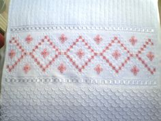 Marca; karsten,100% algodão  Medida:33x50  Cor branca(canelada)  Trabalho; Ponto reto  Cores de toalhas. creme e branca