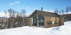 Enkel og lettstelt: Hytta er kledd i sibirsk lerk på både tak og vegger. Den er arkitekttegnet og moderne, men med tydelige tradisjonelle referanser.