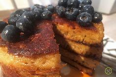 """Luchtige, sponzige echte """"American Pancakes"""", maar dan wel paleo natuurlijk. Verslavend als ontbijt of als vier-uurtje, met een grote portie bessen en ahornsiroop... yum yum."""