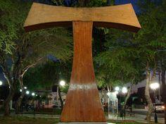 Representa la letra T (tau) mayúsculas del alfabeto Griego.