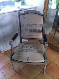 Transformation d'un fauteuil avec une toile issue de sacs de transport de courrier de La Poste