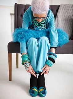 When I think about Iris Apfel, I find myself in a world or an era where imagination and joy reign. Iris Apfel, the fashion icon of 94 years known for her eccentric style, antique jewelry and her choice for bright colors. Fashion Mode, Look Fashion, Womens Fashion, Iris Fashion, Fall Fashion, Fashion Outfits, Moda Iris, Moda Hippie, Mode Alternative
