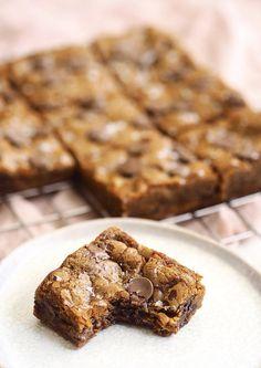 Cookie bars med brunet smør, chokolade og flagesalt - The Food Factory Cookie Desserts, Cookie Bars, No Bake Desserts, Danish Dessert, Cake Recipes, Dessert Recipes, Food Cravings, Cakes And More, No Bake Cake
