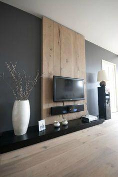 Idée pour habiller le mur derrière la télé : une large planche en bois clair, associée à un mur gris.