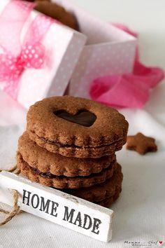 I Biscotti cacao e cioccolato fondente sono dei biscottini di pasta frolla senza burro e uova, molto leggeri, friabili, deliziosi e con poco zucchero.