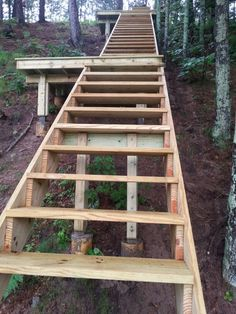 Building stairs on a steep slope. Handrails next Building stairs on a steep slope. Patio Steps, Outdoor Steps, Sloped Yard, Sloped Backyard, Ideas Cabaña, Yard Ideas, Cottage Stairs, Ideas Terraza, Patio Builders
