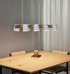 Żyrandol OCTO 30481/08/31 to jasna, drewniana listwa, na której zawieszone są regulowane klosze w kolorze białym. Połączenie drewna i metalu jest niezwykle na topie i sprawdzi się we wnętrzach nowoczesnych. Lampa sprawdzi się nad stołem w jadalni, kuchni, wyspą kuchenną lub w biurze. Dzięki regulowanym kloszom można ustawić kierunek świecenia lampy wg aktualnej potrzeby. W serii dostępna jest także lampa z czarnymi kloszami i ciemniejszym drewnem. Decor, Light, Pendant Light, Lamp, Ceiling Lights, Ceiling, Home Decor