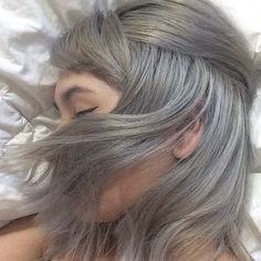 my hair is turning silver, it looks so sickkkk