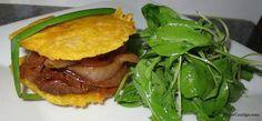 Sandwich o emparedado de Patacón Relleno de Bistec Encebollado