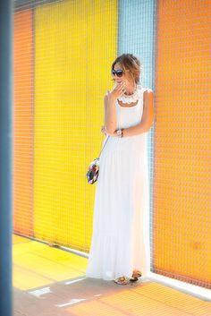 WALL LIGHT – Mi Aventura Con La Moda. White maxi dress+golden heeled sandals+colourfull shoulder bag+white necklace+sunglasses. Summer outfit 2016
