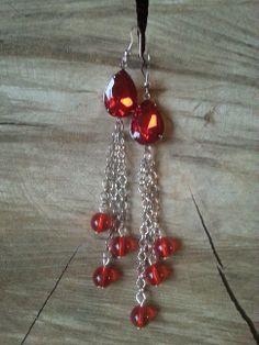 Oorbellen Amour zijn mooie, lange oorbellen (10cm) met een facet geslepen, rode puntsteen en transparante rode glasparels. www.yomesieraden.nl