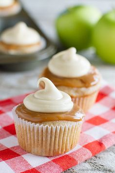 Caramel Apple Cupcakes (Taste and Tell). Spiced cupcakes filled with fresh apples and then topped with caramel sauce and a thick caramel icing.perfect for fall. Apple Desserts, Mini Desserts, Apple Recipes, Just Desserts, Sweet Recipes, Baking Recipes, Delicious Desserts, Bbq Dessert, Oreo Dessert