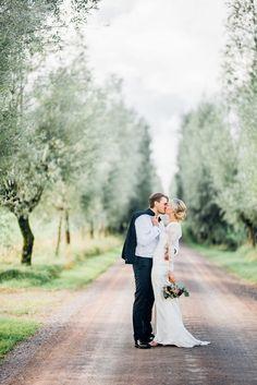 Blogg » Bröllopsfotograf Martina Lundborg Wedding Poses, Wedding Photoshoot, Wedding Couples, Wedding Portraits, Wedding Photography Inspiration, Wedding Inspiration, Beautiful Couple, Wedding Pictures, Wedding Planning