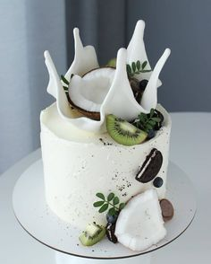 By - Love the decoration. Coconut with kiwi looks so good! - What do you think? Sweet Recipes, Cake Recipes, Dessert Recipes, Salad Recipes, Bolo Original, Bolo Cake, Crazy Cakes, Drip Cakes, Sweet Cakes