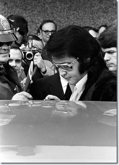 Elvis attends the press conference for the Jaycees awar january 16 1971 16