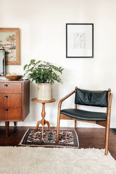 This chair looks like a musician that aged really, really well. The Lento black leather lounge chair is made from solid, walnut-stained wood frame.  Photo by Chelsea Mohrman. #LoungeChair #ComfyChair #VintageStyleFurniture #ContemporaryStyle Small Leather Chairs, Black Leather Chair, Leather Lounge, Living Room Chairs, Living Room Decor, Lounge Chairs, Dining Room, Tiny Living Rooms, Mid Century Modern Living Room