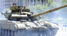 ウクライナ東部ドネツク(Donetsk)市内を走行する親ロシア派武装集団の戦車(2014年7月21日撮影、資料写真)。(c)AFP/ALEXANDER KHUDOTEPLY ▼27Jul2014AFP|ウクライナの親露派、博物館の戦車など略奪 実戦に投入? http://www.afpbb.com/articles/-/3021582 #Donetsk