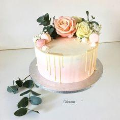 Valukakku ruusuilla, hempeän vaaleanpunainen ja eucalyptusoksat Macarons, Henna, Angel, Desserts, Food, Tailgate Desserts, Deserts, Essen, Macaroons
