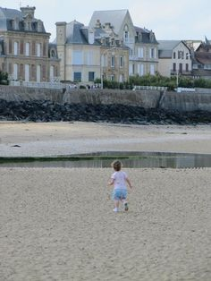 Rachel Rose @RachR29 @BrittanyFerries exploring the beach at Arromanches.Took our daughter to see where we got engaged! #DiscoverWithBF