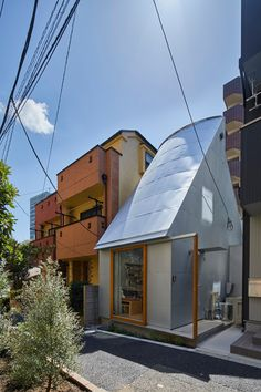 Takeshi Hosaka designs tiny house in Tokyo with funnel-like roofs Japanese Tiny House, Villa Romaine, House Tokyo, Journal Du Design, Fibreglass Roof, Narrow House, Concrete Structure, Micro House, In This House We