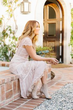The official site of Lauren Conrad is a VIP Pass. Here you will get insider knowledge on the latest beauty and fashion trends from Lauren Conrad. Style Année 20, Her Style, Moda Outfits, Dress Outfits, Zooey Deschanel, White Lace Shorts, White Dress, Lauren Conrad Style, Jeanne Damas