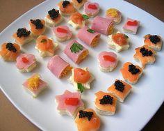 . INGREDIENTES pan de molde queso untar jamón dulce salmón queso rallado pimiento pitillo caviar perejil INGREDIENTES pan de molde atún moza-dela(gratinar el queso ) por ultimo poner las olivas . … Ideas Para Canapés, Appetizers For Party, Appetizer Recipes, Mussels, Vegan Cheese, Canapes, Tapas, Catering, Sushi