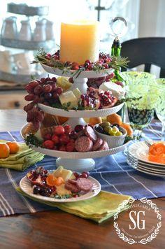 Utiliza tus bases de tortas o pedestales para poner pasabocas o una tabla de quesos para que tus invitados piquen para estas fiestas decembrinas. #DecoracionNavidadCali