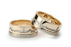 Deze twee trouwringen bestaan uit twee onderdelen. De basisring is van geel goud. De witgouden zijring is tegen de gele trouwring geschoven en vastgesoldeerd. De hartslaglijn is wit verguld waardoor de diamanten in de piek van de hartslag nog mooier schitteren.