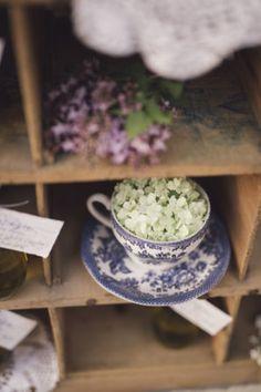 hydrangea in a teacup | photography: marcella cistola http://weddingwonderland.it/2016/05/matrimonio-al-profumo-di-glicine.html