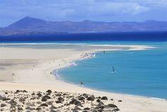 Jandía Playa liegt an der gleichnamigen Halbinsel im Süden Fuerteventuras und ist mit elf Kilometern der längste helle Sandstrand der Insel.  Bei einer Durchschnittstemperatur von milden 24 Grad lädt der Strand auch im Herbst zum Baden, Surfen und Segeln ein.