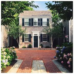 Front door stalking pt. 2: This charming little house in Martha's Vineyard with some MAJOR curb appeal! [ by @britt_albert via our #wheretofindme feed] #regram