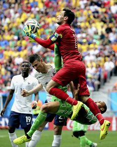 FIFA World Cup 2014 - Francia 2 Nigeria 0 (6.30.2014) - El Nuevo Herald France's goalkeeper Hugo Lloris claims the ball despite the challenge of Nigeria's Peter Odemwingie during the World Cup round of 16 soccer match between France and Nigeria at the Estadio Nacional in Brasilia, Brazil, Monday, June 30, 2014. David Vincent / AP