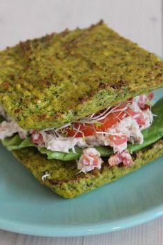Bereiden: Maak het broccolibrood: Snijd de broccoli en de steel in stukjes. Doe de stukjes in de blender en mix fijn tot je 'broccolirijst' hebt. Voeg hier het amandelmeel, de eieren, de Provençaalse kruiden, peper en zout aan toe. Neem een met bakpapier beklede ovenschaal en schep het beslag er in. Bon Appetit, Lunches, Avocado Toast, Guacamole, Foodies, Clean Eating, Paleo, Veggies, Cooking