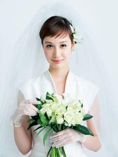 セレモニーは白い花をたっぷりと使って花嫁のピュアな魅力を表現。バラとカラー、質感の違う白花に濃いめのグリーンをプラスし、印象深いスタイルに仕... Dress Hairstyles, Bride Hairstyles, Wedding Memorial, Wedding Day, Asian Bridal Hair, Wedding Bouquets, Wedding Dresses, Wedding Flowers, One Shoulder Wedding Dress