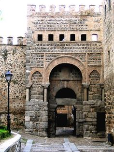 Tres Culturas: Puerta de Alfonso VI o Puerta Antigua de Bisagra de Toledo Beautiful Castles, Beautiful Places, Toledo Spain, Amazing Buildings, City Landscape, Spain And Portugal, Historical Architecture, Beautiful Architecture, Spain Travel