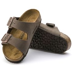 Jeans look combined with the vintage trend: The new used jeans print on the popular classic BIRKENSTOCK Gizeh model combines two highlights that will appeal equally to women and men. The effect is cre