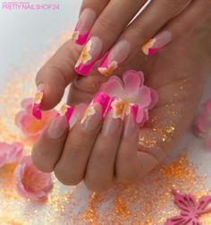 #pink #naildesign #sommer #trend Meine Kollegin Nathi möchte sich einfach nicht vom Sommer trennen, deshalb trägt sie auf ihren Nägeln unser neues Farbgel metallic neon-pink mit orangenen Blüten. Gefallen Euch Nathis Nägel? Eure Janne